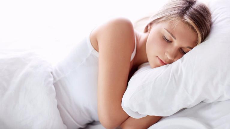 Cách để tóc khi ngủ nói gì về bạn?